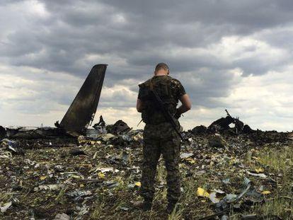 Un miliciano prorruso, en el lugar donde fue derribado el MH17.
