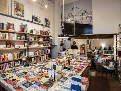 El interior de la librería La memòria, en la plaza de la Vila de Gràcia.