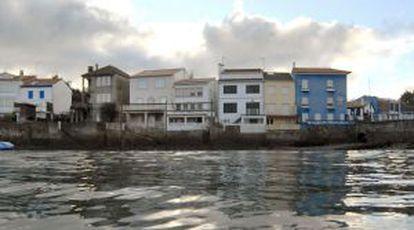 Panorámica desde el mar de las casas de Redes, en el municipio coruñés de Ares.