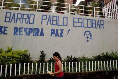 Una niña camina por el barrio Pablo Escobar.