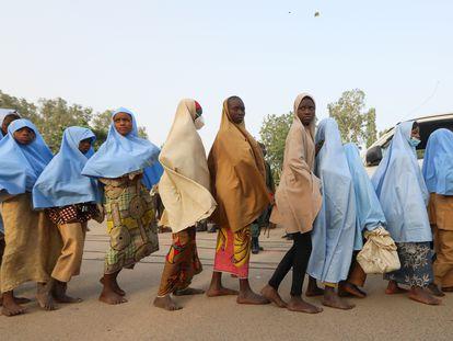 Las niñas secuestradas en el noroeste de Nigeria hacen fila tras su liberación este martes.