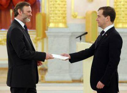 Tim Barrow con el expresidente ruso Dimitri Medvédev, a finales de 2011 en Moscú.