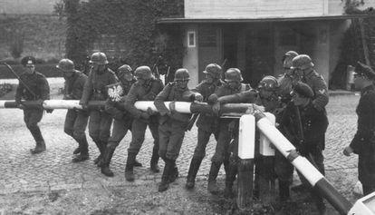 Tropas alemanas de Wehrmacht retirando una barrera en la frontera entre Alemania y Polonia.