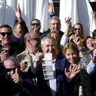 Manuel González, en el centro con cinco décimos, este domingo festejando el cuarto premio de la Lotería de Navidad en Utrera.