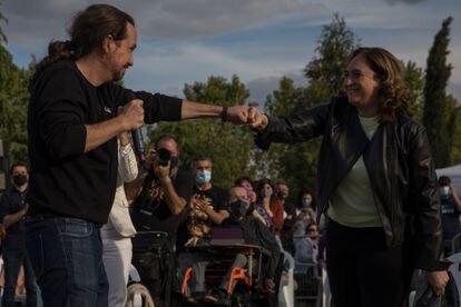 Pablo Iglesias y Ada Colau, durante el acto de cierre de campaña.