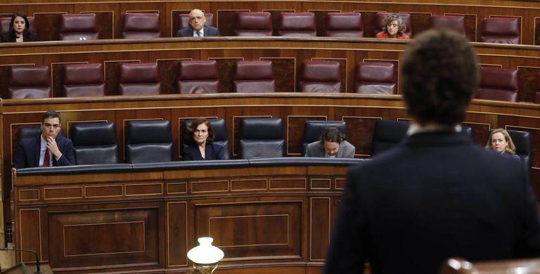 La bancada del Gobierno escucha la intervención de Pablo Casado, líder del PP.