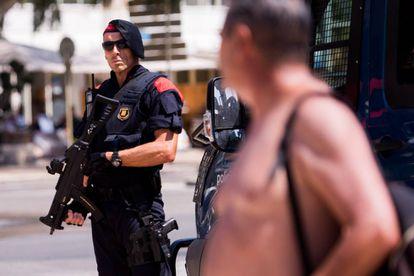 Un policía patrulla en el lugar donde cinco terroristas fueron abatidos por la policía en Cambrils (Tarragona).