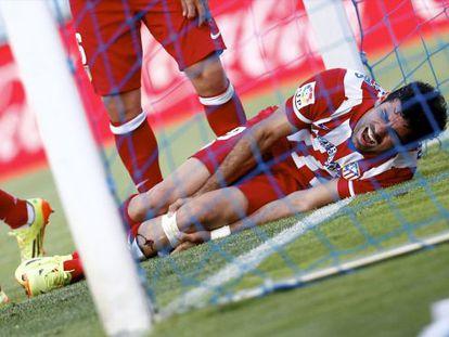 Diego Costa se duele de su golpe contra el poste.