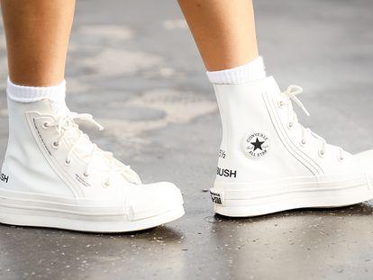 Cada primavera limpiar nuestras zapatillas blancas se convierte en un reto. ¿Cómo hacerlo mejor?
