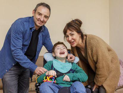 Adrián, con sus padres, José Manuel Pina y Ana María Pelaz, en su casa en Valladolid.