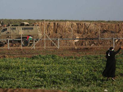 Una palestina con una honda en una protesta en la frontera de Gaza con Israel, en febrero.