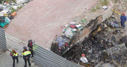 La rampa bajo la cual estaba la chabola en la que vivían cuatro personas que han muerto en un incendio en Barcelona.