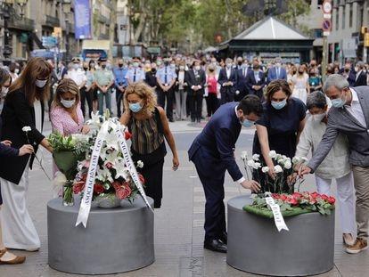 Las autoridades depositan flores durante el homenaje a las víctimas del atentado de La Rambla.