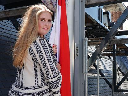 La princesa Amalia de Holanda sube la bandera de su escuela en el palacio Huis Ten Bosch tras graduarse 'cum laude', el 10 de junio de 2021.