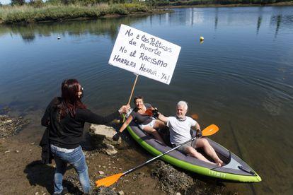 Protesta en el Bidasoa, junto al lugar en el que falleció ahogado un migrante de Costa de Marfil.