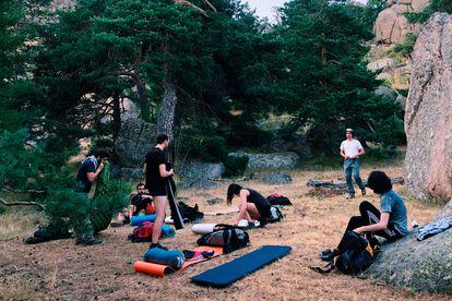 Carmen Vega y sus amigos se preparan para pasar la noche al raso en la sierra de Guadarrama (Madrid).