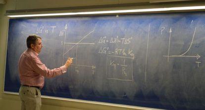 El profesor Xavier Giménez resuelve dudas de los estudiantes.