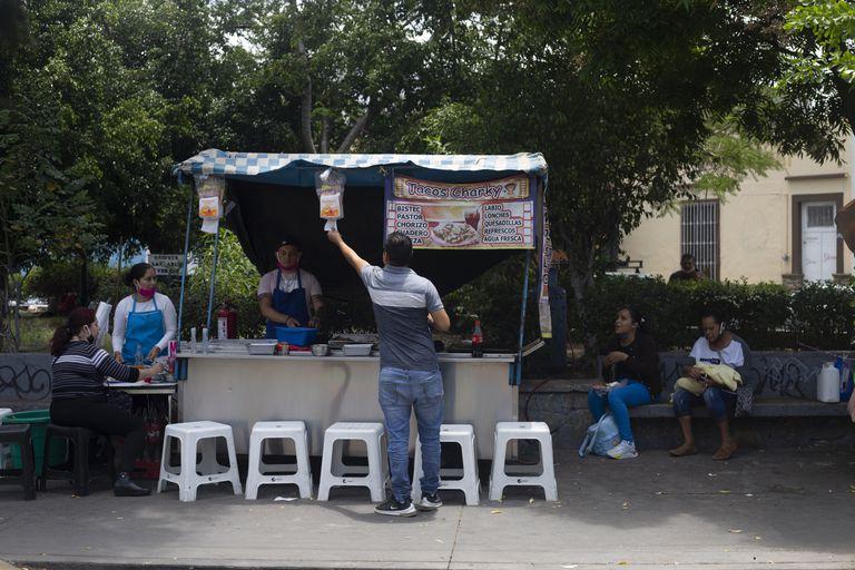 Comercios ambulantes en Guadalajara, el pasado 7 de mayo.