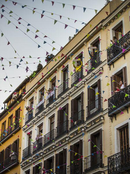 Ensayo de una performance entre balcones en la calle Corredera baja con calle Puebla, en Malasaña, para las fiestas del 2 de mayo.