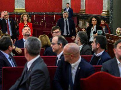 El presidente de la Generalitat, Quim Torra, saluda a los acusados del 'procés', en el Tribunal Supremo.