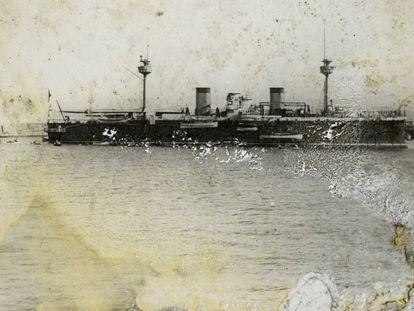 Un barco de vapor en el puerto de Barcelona, de autor y fecha indeterminada, fotografiado por Fontcuberta.