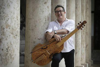 Carles Magraner, líder del grupo de música antigua Capella de Ministrers, con su viola de gamba en La Nau de la Universitat de València.