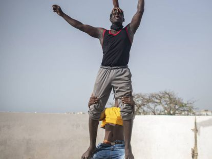 Ensayo de un número circense en la azotea de Modou en Dakar, capital de Senegal.