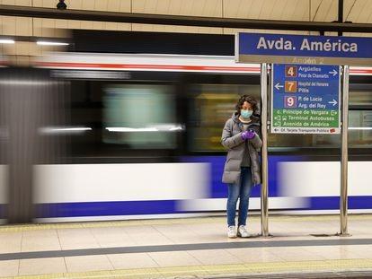 Una mujer espera al metro en la estación de Avenida de América, en Madrid.