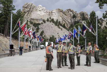 Trabajadores se encargan de los preparativos en el Monte Rushmore (Keystone, Dakota del Sur) para la visita de Donald Trump este viernes, víspera del 4 de julio.