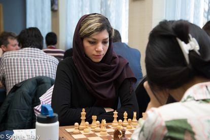 Atousa Pourkasiyan, durante su partida con la campeona del mundo, Yifán Hou, en Gibraltar hace un mes