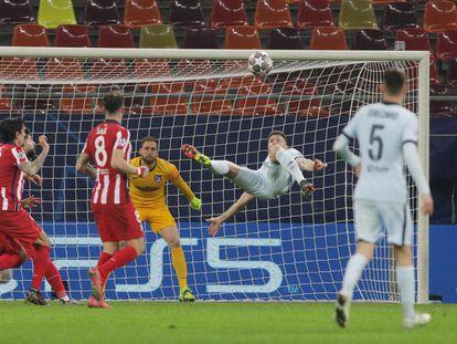 Giroud marca su gol ante el Atlético este martes en Bucarest.