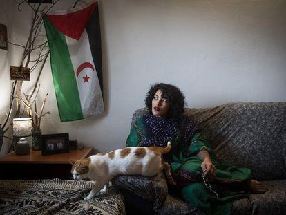 Zuein Embarek Musa, joven de origen saharaui, en su piso de Santiago de Compostela donde reside.