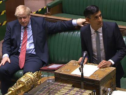 El ministro de Economía del Reino Unido, Rishi Sunak, expone este miércoles las nuevas medidas en el Parlamento bajo la mirada de Boris Johnson.