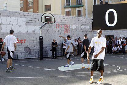 Bryant, tras meter la cesta que dio el partido a Los Angeles Lakers, junto a Gasol (de espaldas), Rubi0 y Navarro (también de espaldas).