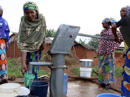 Fuente en uno de los pozos construidos en Ndokayo (Camerún).