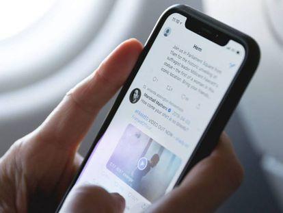 Una persona navega por la red social Twitter.