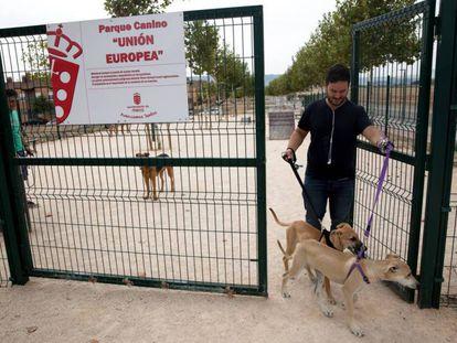 Vecinos de Meco sacan sus perros al parque canino Unión Europea.