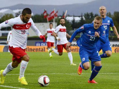 Arda conduce el balón durante el Islanda-Turquía.