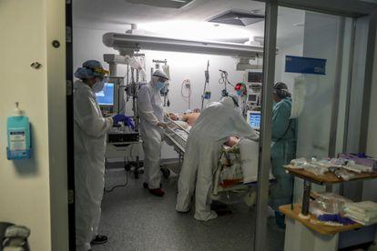 Personal sanitario en una UCI en el Hospital Puerta de Hierro el 9 de abril de 2020.