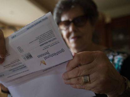 Una mujer revisa su factura de la luz.