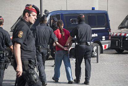 Uno de los indignados que se presentó de forma voluntaria en los juzgados y salió del recinto esposado por los Mossos.