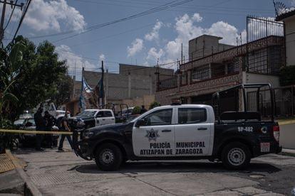 Agentes de la policía municipal vigilan en la calle de Las Margaritas en Atizapán de Zaragoza, México.