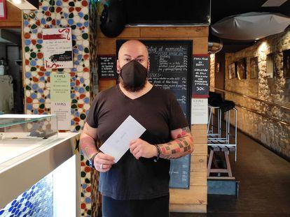 Patxi Trujillo, del restaurante La Viña de Bilbao, con el sobre anónimo.