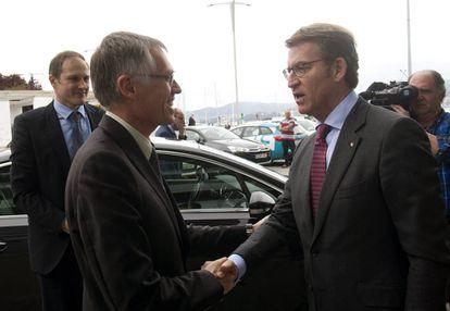 El presidente de la Xunta, Alberto Núñez Feijóo, saluda al presidente del grupo PSA, Carlos Tavares