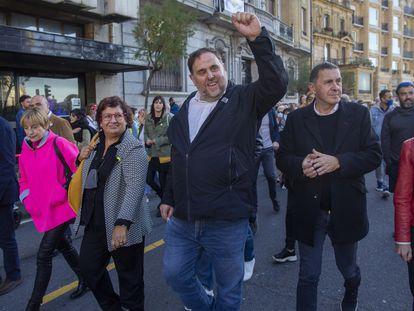 Desde la izquierda, Josep Rull, Carme Forcadell, Dolors Bassa, Oriol Junqueras, Arnaldo Otegi y Maddalen Iriarte en las calles de San Sebastián, este sábado en una manifestación para exigir el acercamiento de presos.