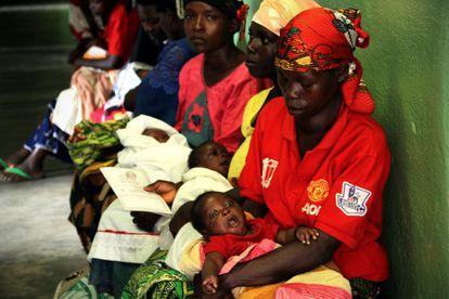 Un grupo de mujeres aguardan con sus bebés en el centro clínico de Mutumba, en el área de VIH. La prevención y sensibilización sobre el VIH es fundamental para evitar la transmisión de madre a niño. Burundi es un país de niños con unas tasas de fertilidad de más de seis niños por mujer.