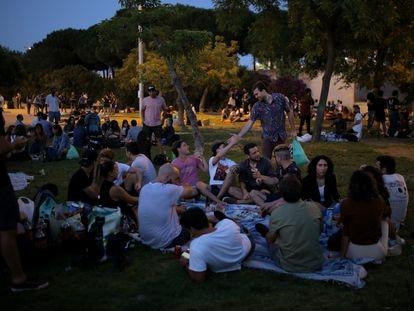 Un grupo de jóvenes la noche de Sant Joan del año pasado en un parque cercano a la playa.
