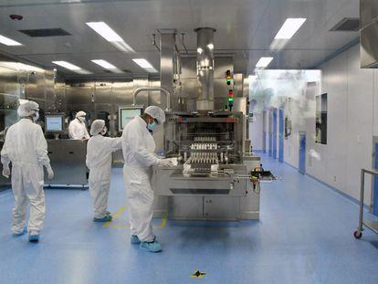 Interior del laboratorio mexicano Liomont, donde se envasa la vacuna de AstraZeneca para América Latina, el 22 de febrero pasado.