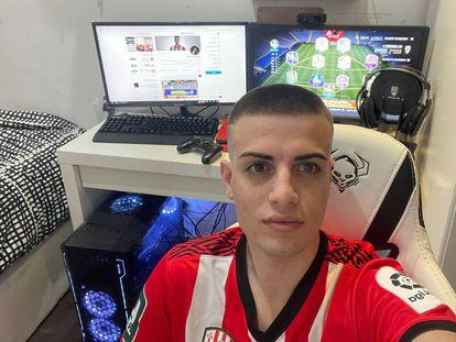 El representante de la UD Logroñés en la eLaLiga Santander, Adrià Domènech, en la habitación de casa de sus padres donde juega.
