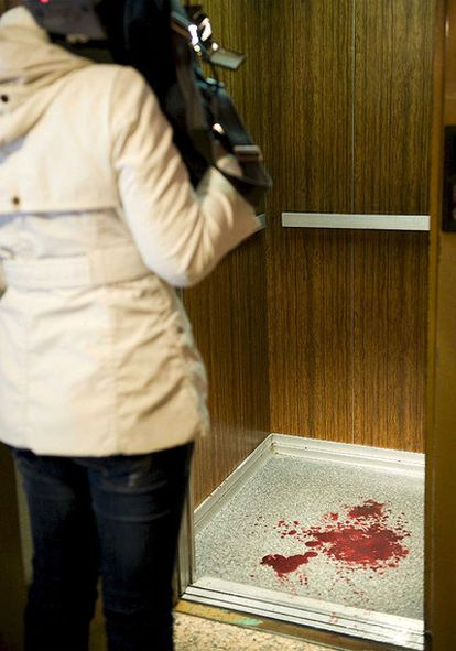 Restos de sangre en el ascensor del edificio de viviendas de Barakaldo donde se ha producido el crimen.